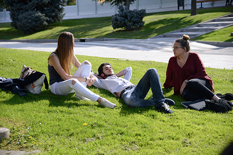 Alumnos en el campus de la UFV