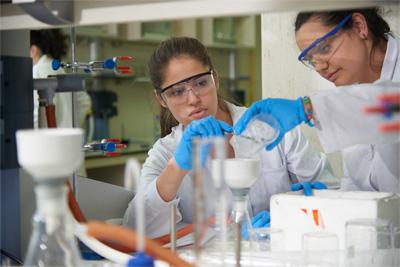 Alumnas en el laboratorio de la UFV