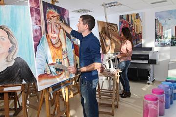 Alumnos en aula de pintura