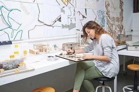 Alumna en el taller de maquetas
