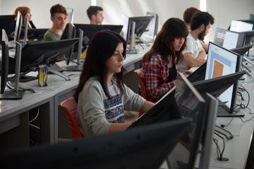 Alumnos en aula de Videojuegos
