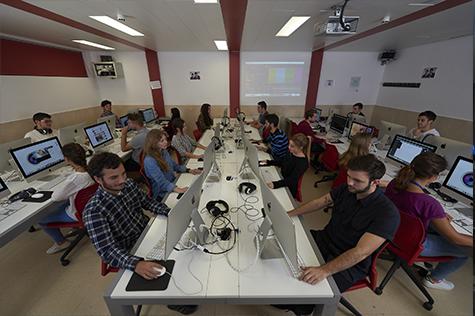 Alumnos trabajando en aula iMac