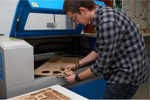 Alumno de Arquitectura de la UFV cortando a láser