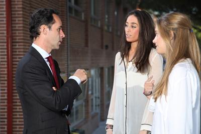 Íñigo Sagardoy con alumnos en la Francisco de Vitoria
